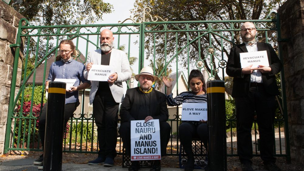 Hwvar was part of a non-violent protest, locking herself to the front gate of Kirribilli House, one of the Prime Minister's residences in Sydney.